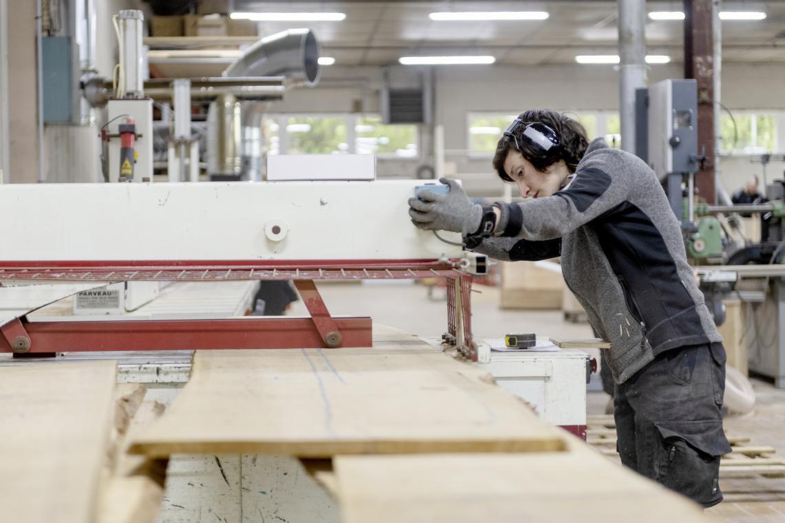 Débit du bois brut en début de fabrication du meuble